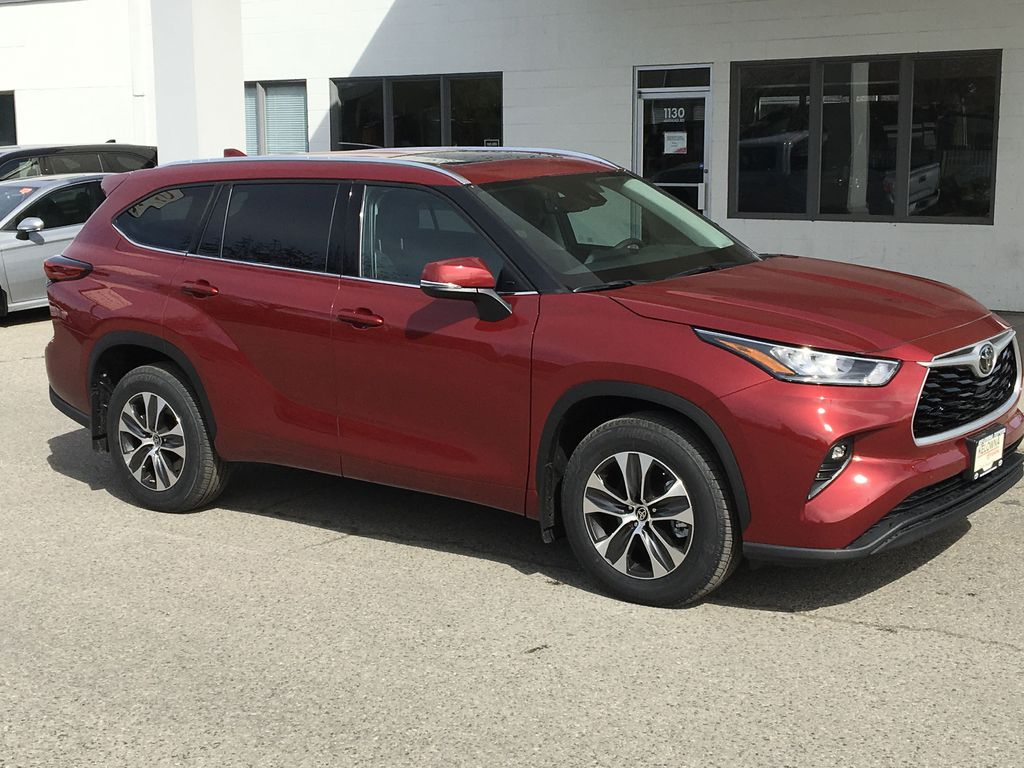 Red[Ruby Flare Pearl] 2020 Toyota Highlander XLE Right Front Corner Photo in Kelowna BC