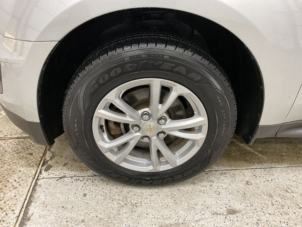 Silver[Silver Ice Metallic] 2017 Chevrolet Equinox Left Front Rim and Tire Photo in Dartmouth NS