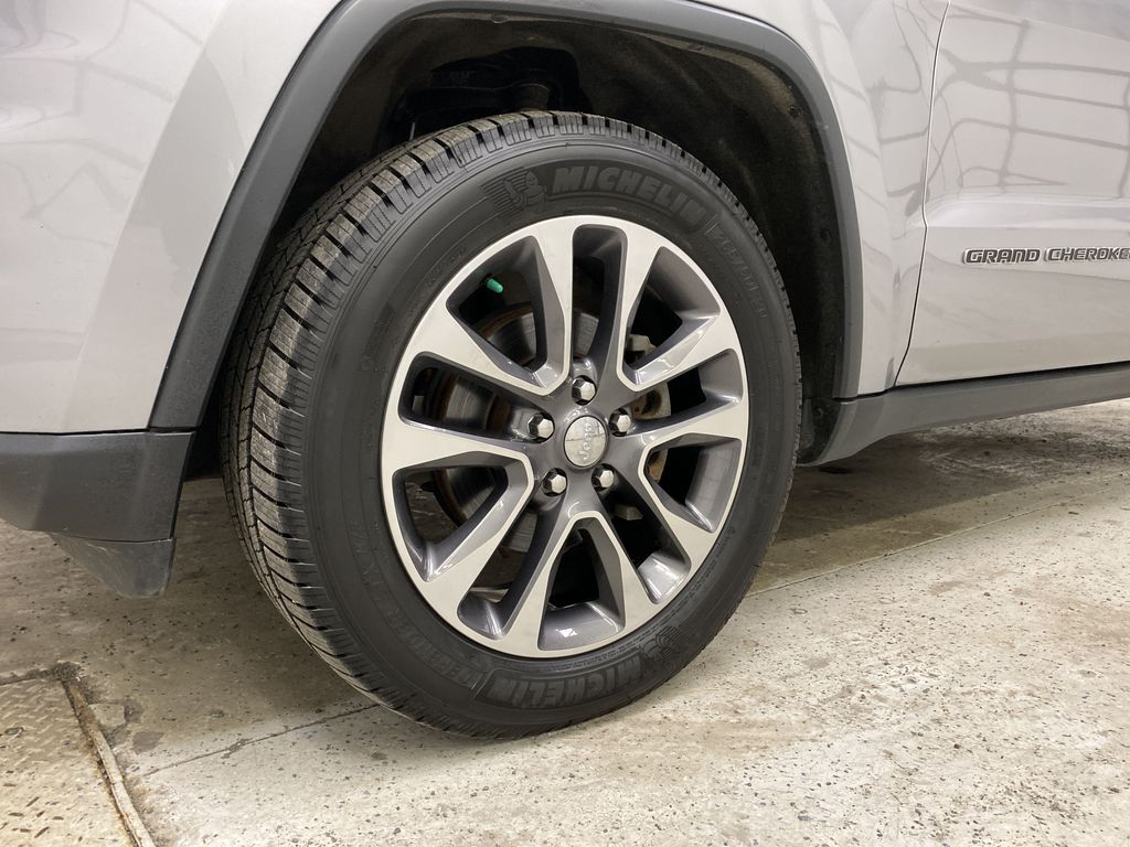 Silver[Billet Metallic] 2018 Jeep Grand Cherokee Left Front Rim and Tire Photo in Dartmouth NS