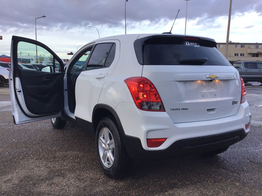 White 2021 Chevrolet Trax Left Front Rim and Tire Photo in Brooks AB