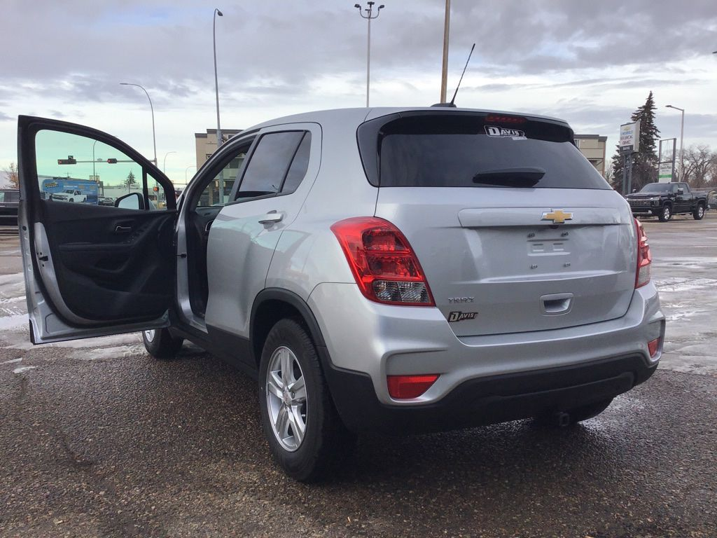 Silver 2021 Chevrolet Trax Left Front Rim and Tire Photo in Brooks AB