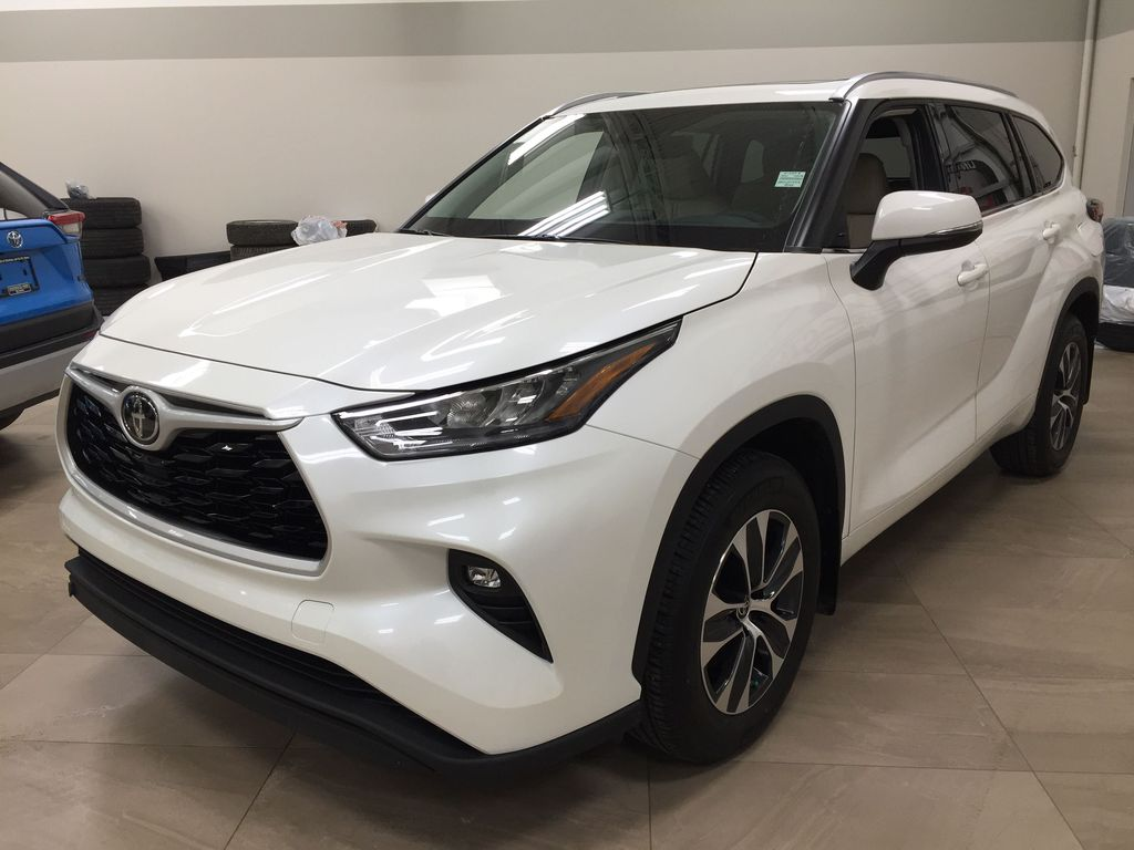 White[Blizzard Pearl] 2020 Toyota Highlander XLE AWD Left Front Corner Photo in Sherwood Park AB