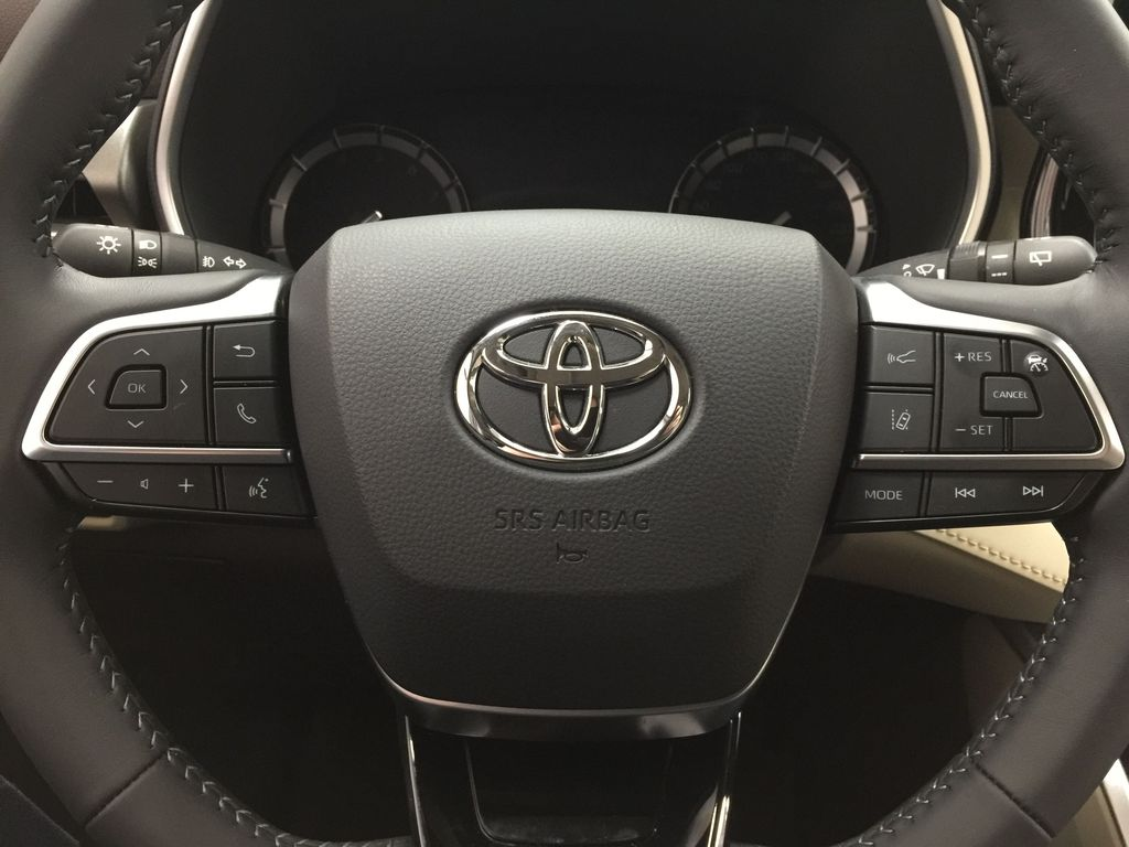 White[Blizzard Pearl] 2020 Toyota Highlander XLE AWD Steering Wheel and Dash Photo in Sherwood Park AB
