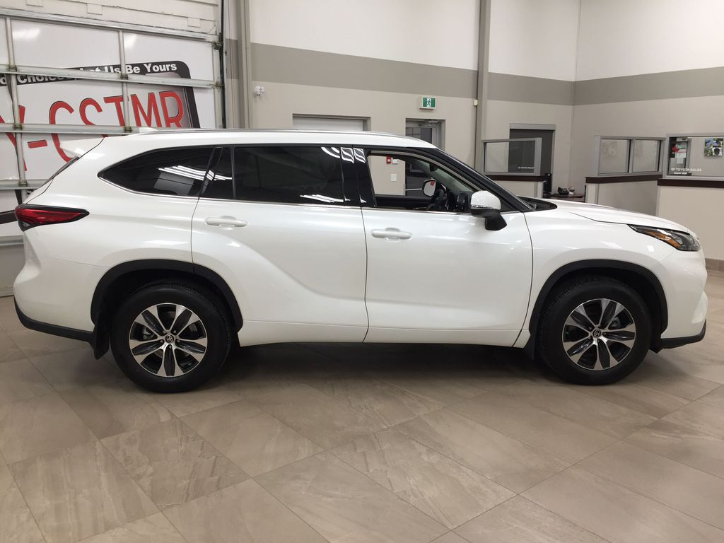 White[Blizzard Pearl] 2020 Toyota Highlander XLE AWD Right Side Photo in Sherwood Park AB
