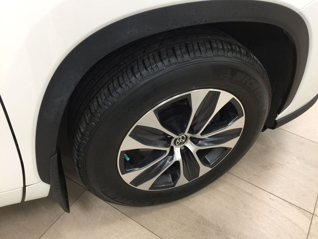 White[Blizzard Pearl] 2020 Toyota Highlander XLE AWD Right Front Rim and Tire Photo in Sherwood Park AB
