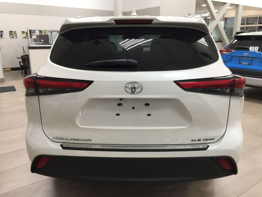 White[Blizzard Pearl] 2020 Toyota Highlander XLE AWD Rear of Vehicle Photo in Sherwood Park AB