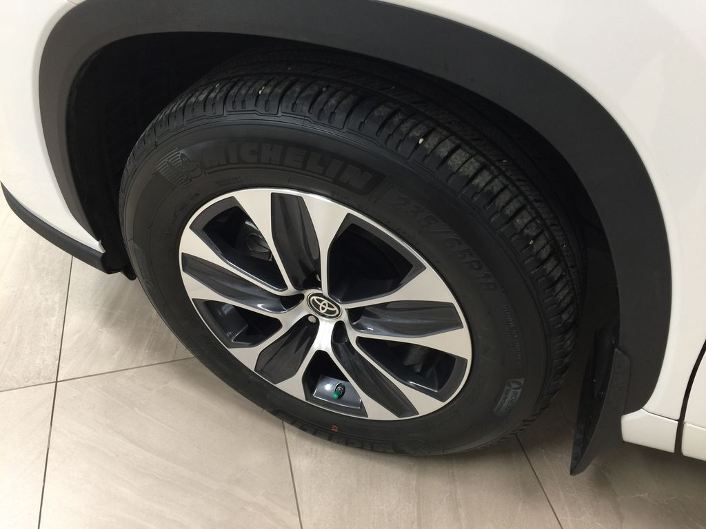 White[Blizzard Pearl] 2020 Toyota Highlander XLE AWD Left Front Rim and Tire Photo in Sherwood Park AB