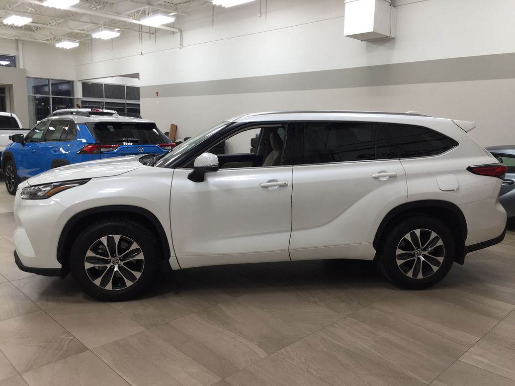 White[Blizzard Pearl] 2020 Toyota Highlander XLE AWD Left Side Photo in Sherwood Park AB