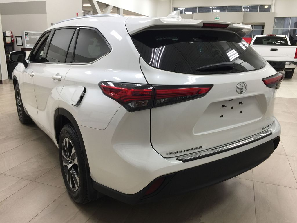 White[Blizzard Pearl] 2020 Toyota Highlander XLE AWD Left Rear Corner Photo in Sherwood Park AB