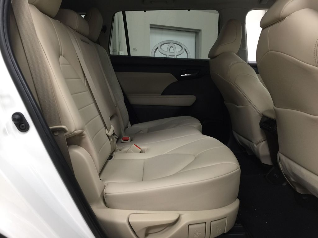 White[Blizzard Pearl] 2020 Toyota Highlander XLE AWD Right Side Rear Seat  Photo in Sherwood Park AB
