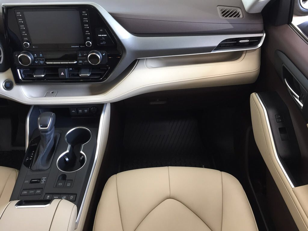 Brown[Opulent Amber] 2021 Toyota Highlander XLE Right Front Seat Photo in Sherwood Park AB