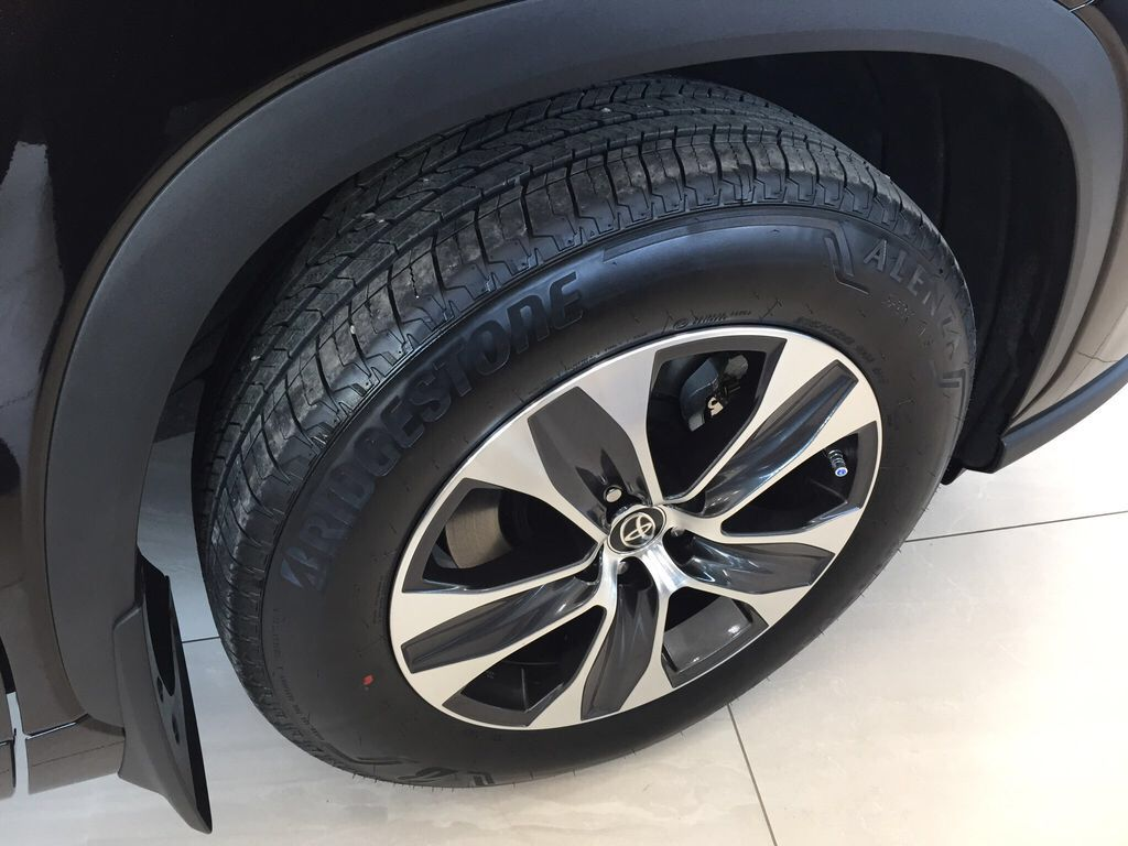 Brown[Opulent Amber] 2021 Toyota Highlander XLE Right Front Rim and Tire Photo in Sherwood Park AB