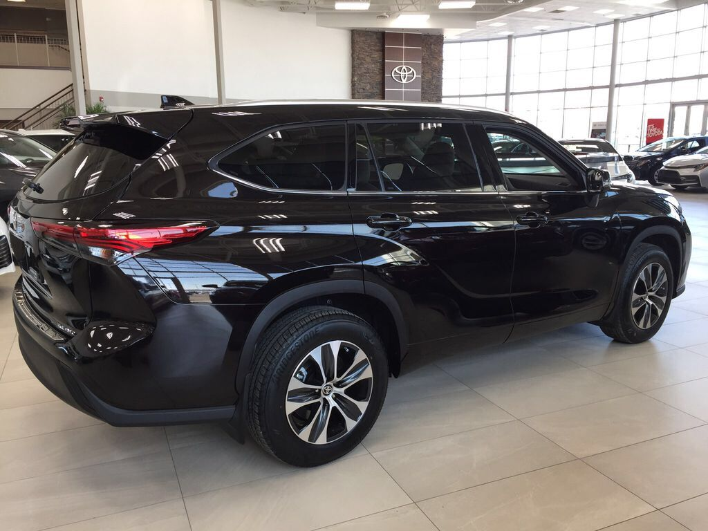 Brown[Opulent Amber] 2021 Toyota Highlander XLE Right Side Photo in Sherwood Park AB