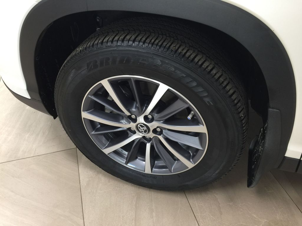 White[Blizzard Pearl] 2019 Toyota Highlander XLE AWD Left Front Rim and Tire Photo in Sherwood Park AB