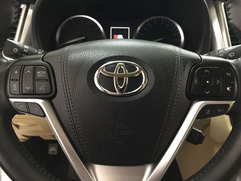 White[Blizzard Pearl] 2019 Toyota Highlander XLE AWD Steering Wheel and Dash Photo in Sherwood Park AB