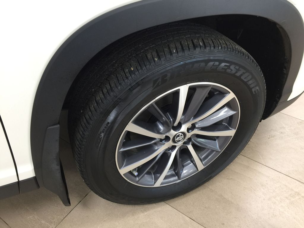 White[Blizzard Pearl] 2019 Toyota Highlander XLE AWD Right Front Rim and Tire Photo in Sherwood Park AB