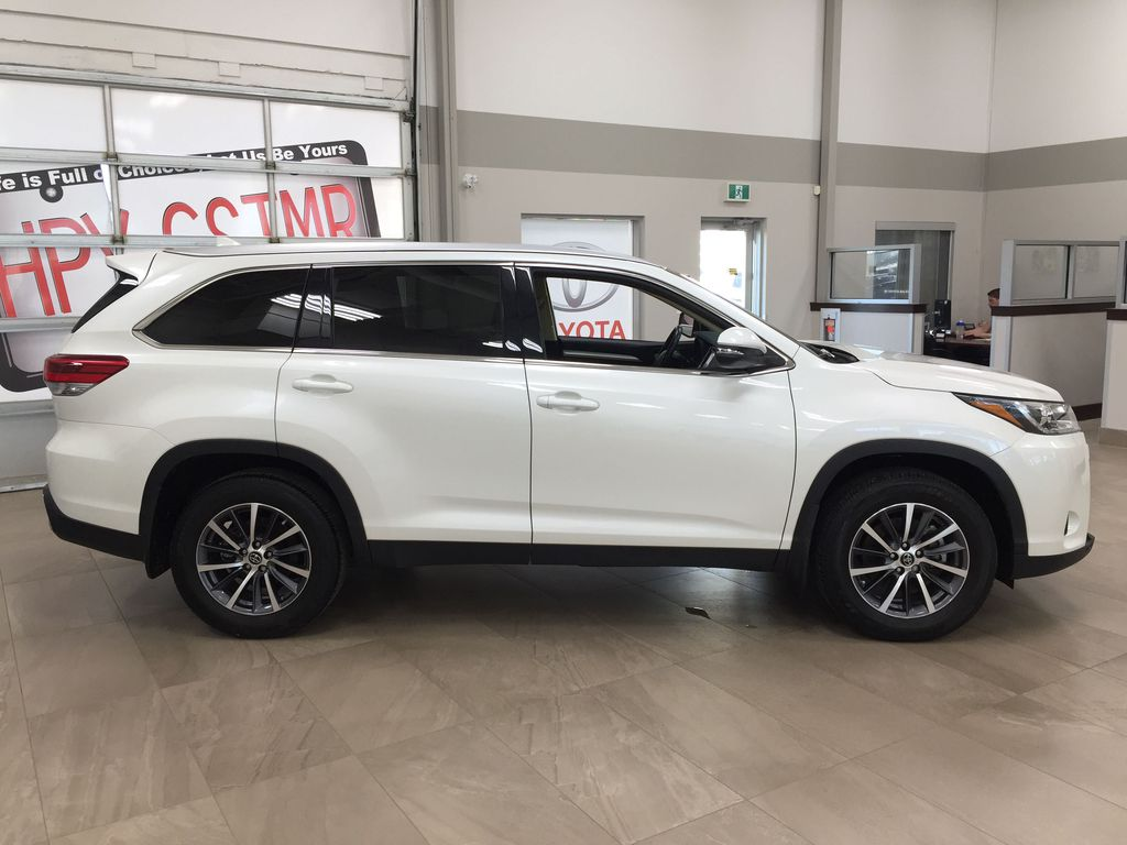 White[Blizzard Pearl] 2019 Toyota Highlander XLE AWD Right Side Photo in Sherwood Park AB