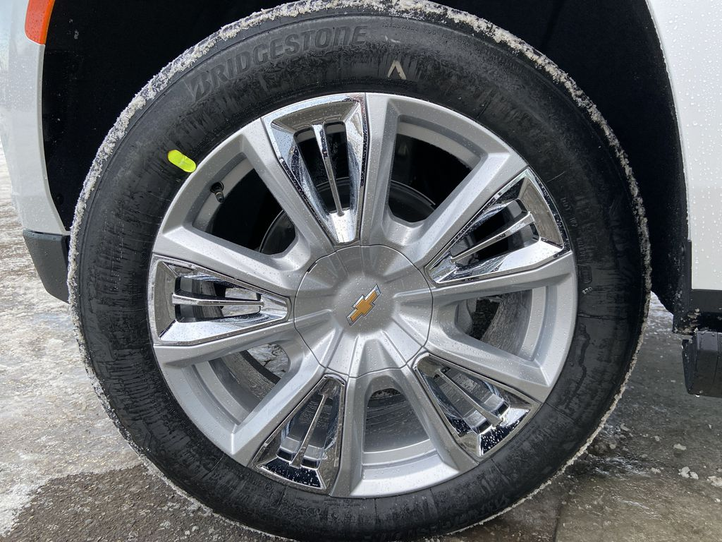 White[Iridescent Pearl Tricoat] 2021 Chevrolet Suburban High Country Left Front Rim and Tire Photo in Calgary AB