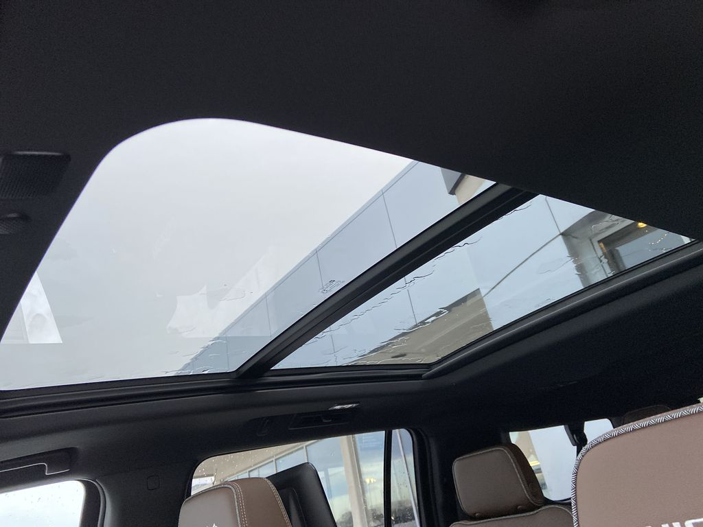 White[Iridescent Pearl Tricoat] 2021 Chevrolet Suburban High Country Sunroof Photo in Calgary AB