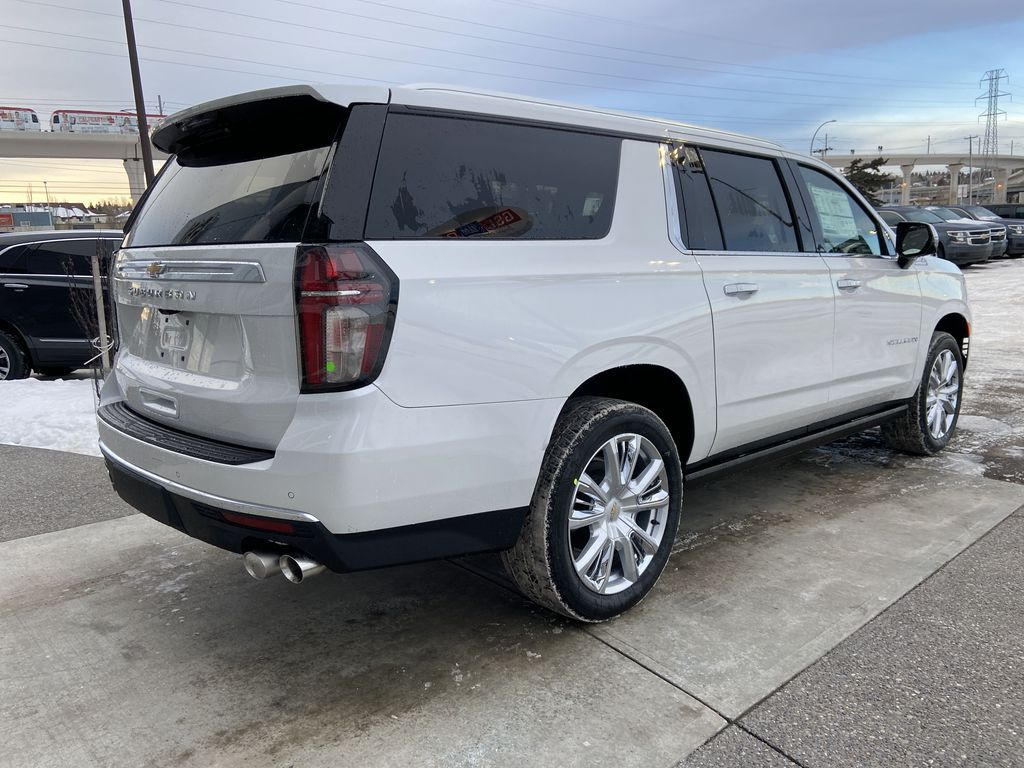 White[Iridescent Pearl Tricoat] 2021 Chevrolet Suburban High Country Right Rear Corner Photo in Calgary AB
