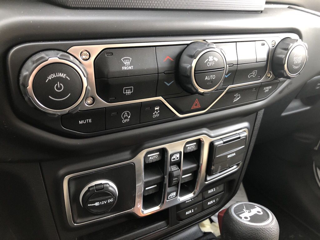 White 2018 Jeep Wrangler Unlimited Steering Wheel and Dash Photo in Fort Macleod AB