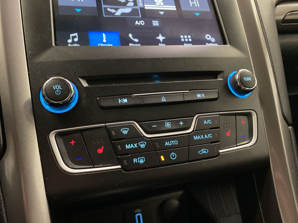 White[Oxford White] 2017 Ford Fusion Central Dash Options Photo in Dartmouth NS