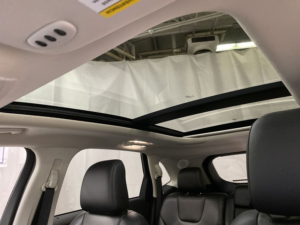 Silver[Iconic Silver Metallic] 2020 Ford Edge Sunroof Photo in Dartmouth NS