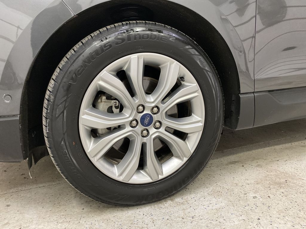 Silver[Iconic Silver Metallic] 2020 Ford Edge Left Front Rim and Tire Photo in Dartmouth NS