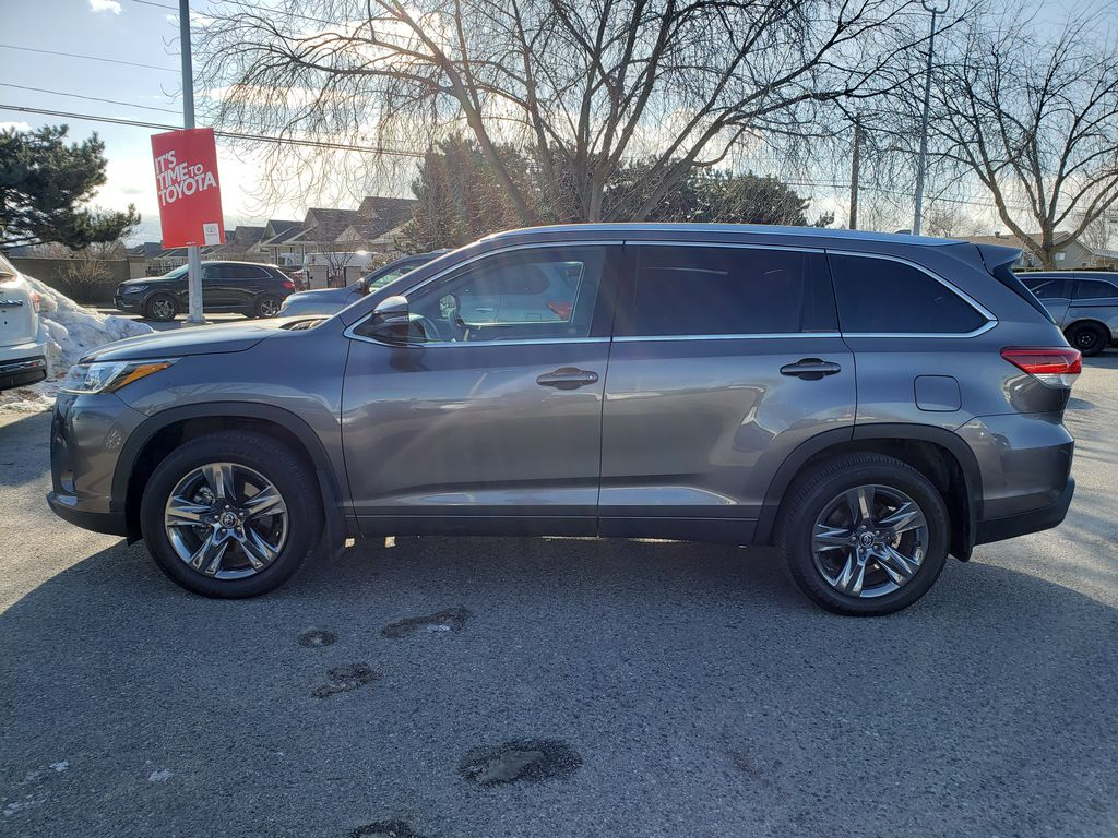 Silver[Celestial Silver Metallic] 2018 Toyota Highlander Left Side Photo in Kelowna BC