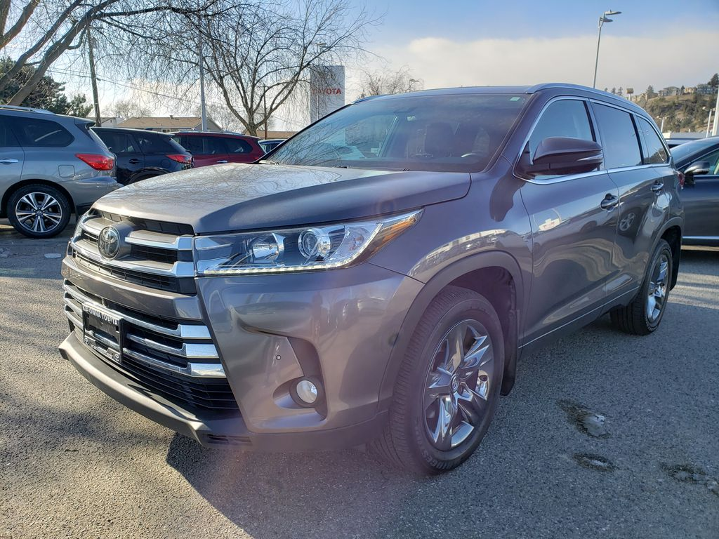 Silver[Celestial Silver Metallic] 2018 Toyota Highlander Left Front Corner Photo in Kelowna BC