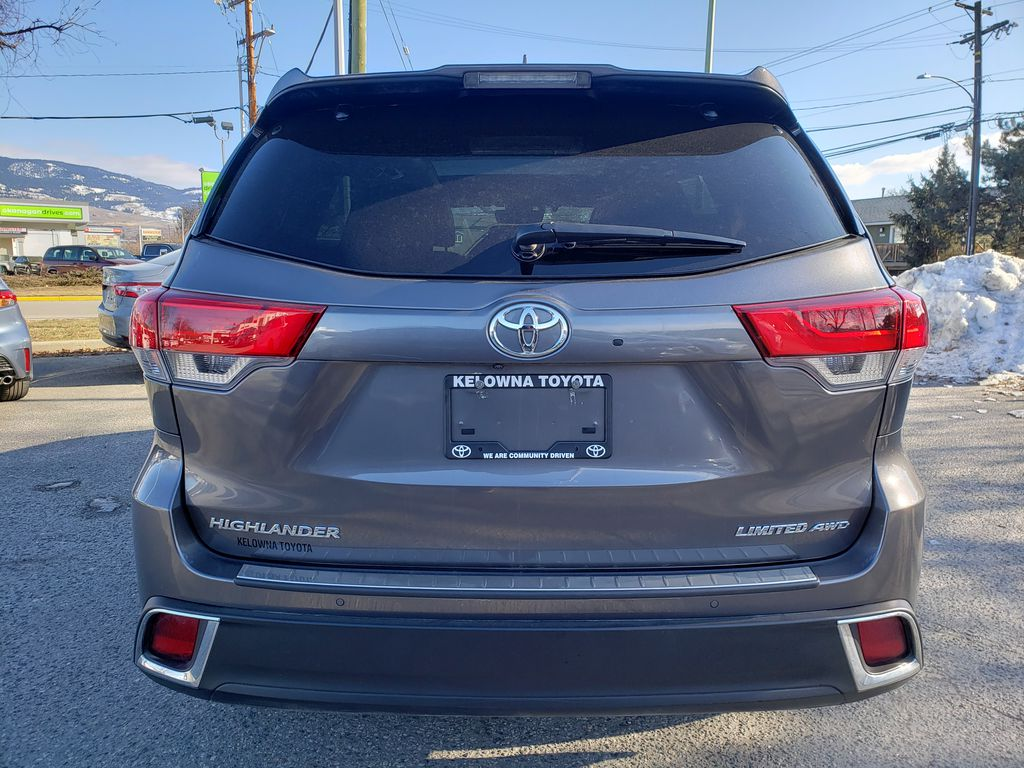 Silver[Celestial Silver Metallic] 2018 Toyota Highlander Rear of Vehicle Photo in Kelowna BC