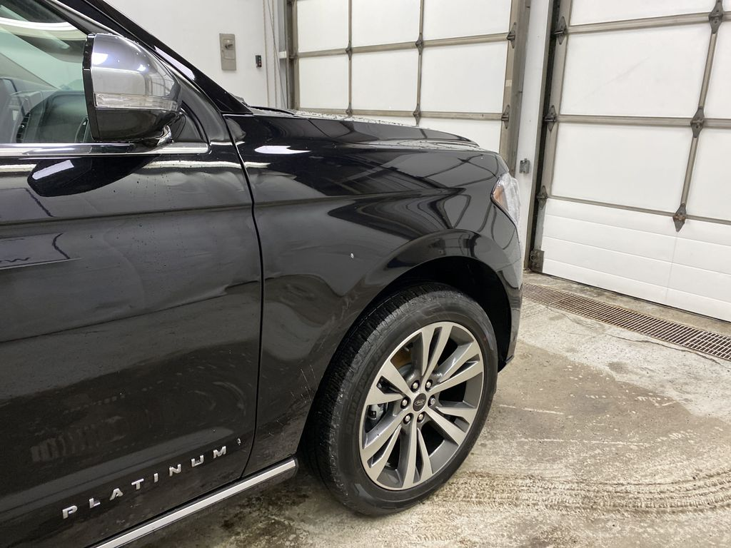 Black[Agate Black] 2021 Ford Expedition Right Front Corner Photo in Dartmouth NS
