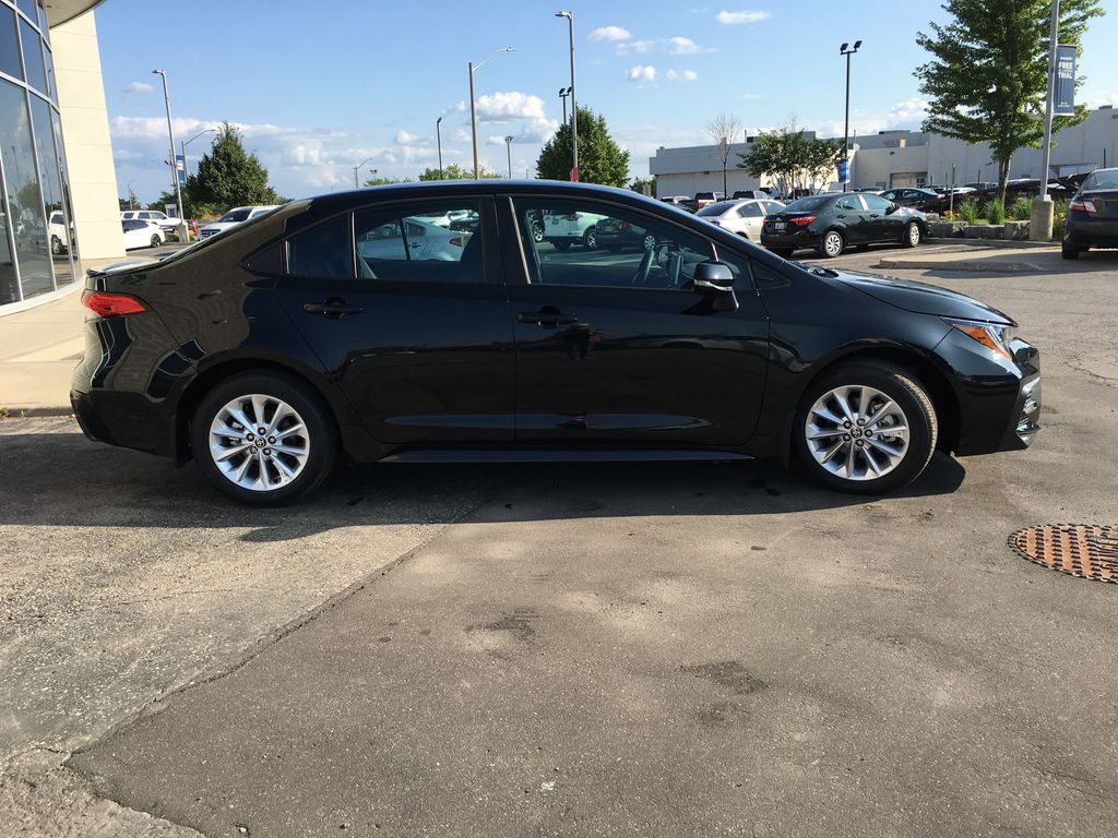 Black[Black Sand Pearl] 2021 Toyota Corolla SE Standard Package B4RBSC AM Right Front Interior Door Panel Photo in Brampton ON