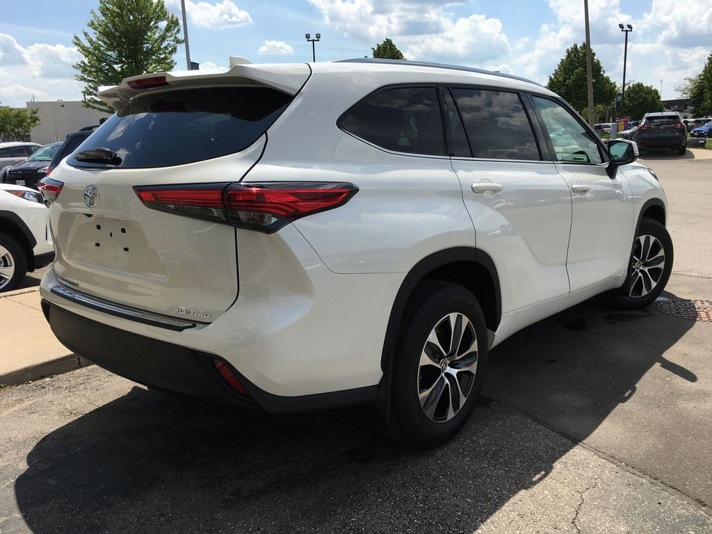 White[Blizzard Pearl] 2021 Toyota Highlander AWD XLE Standard Package GZRBHT AG Strng Wheel/Dash Photo: Frm Rear in Brampton ON
