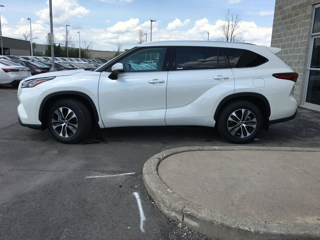 White[Blizzard Pearl] 2021 Toyota Highlander AWD XLE Standard Package GZRBHT AG Front Vehicle Photo in Brampton ON