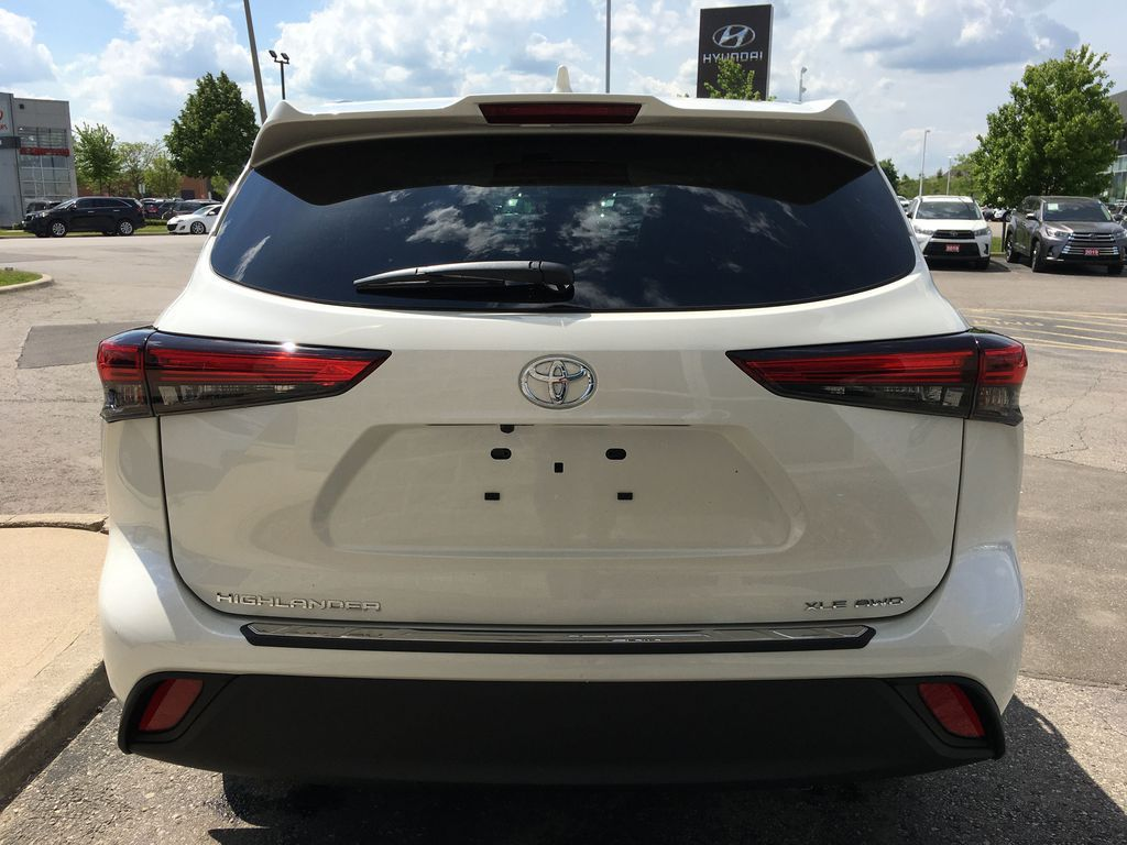 White[Blizzard Pearl] 2021 Toyota Highlander AWD XLE Standard Package GZRBHT AG Navigation Screen Closeup Photo in Brampton ON