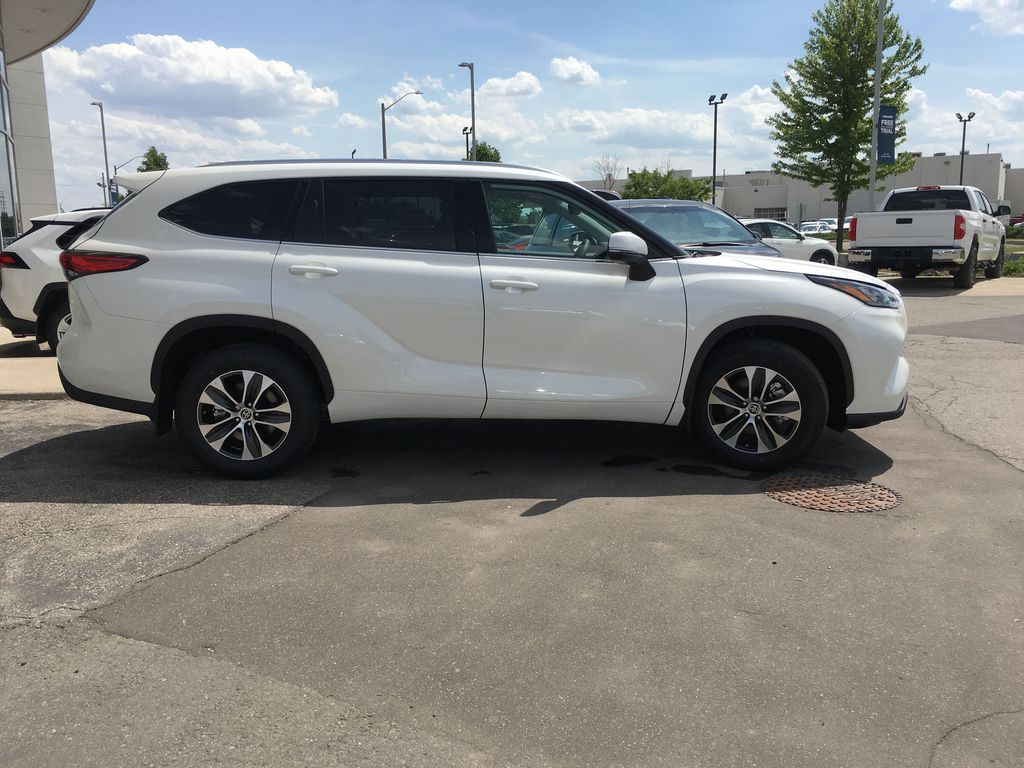 White[Blizzard Pearl] 2021 Toyota Highlander AWD XLE Standard Package GZRBHT AG Right Front Interior Door Panel Photo in Brampton ON