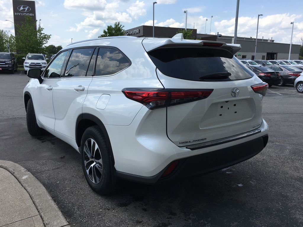 White[Blizzard Pearl] 2021 Toyota Highlander AWD XLE Standard Package GZRBHT AG Left Rear Interior Door Panel Photo in Brampton ON