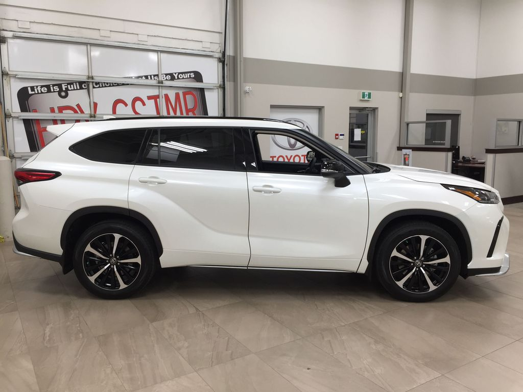 White[Blizzard Pearl] 2021 Toyota Highlander XSE Right Side Photo in Sherwood Park AB