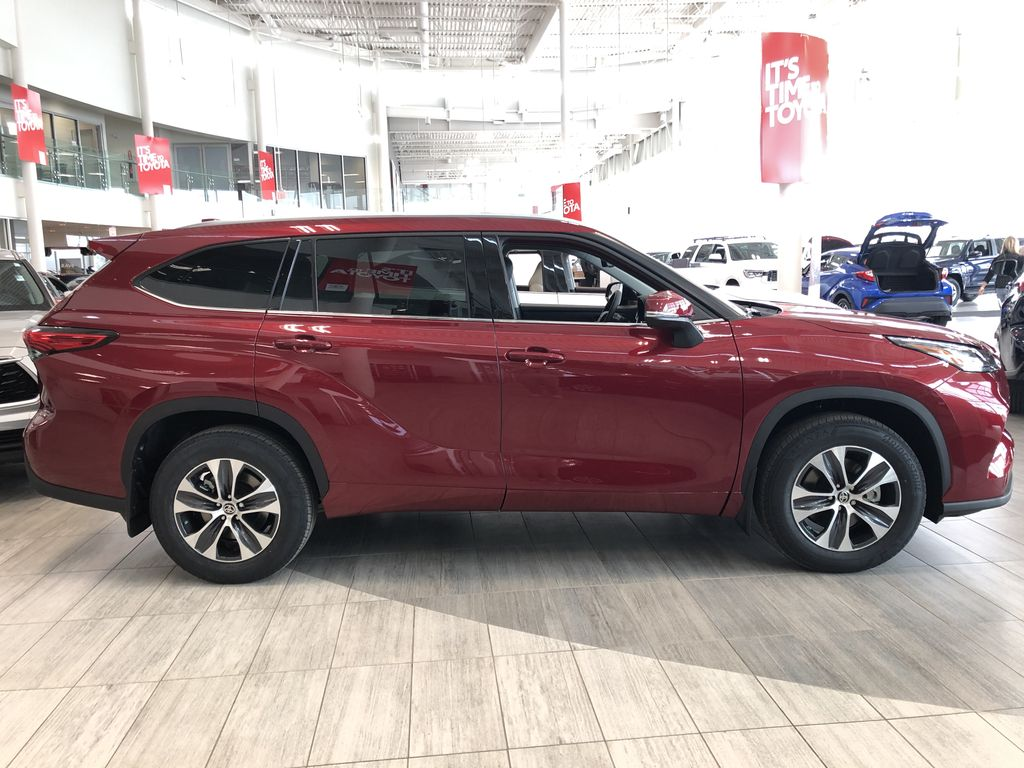 Ruby Flare Pearl 2021 Toyota Highlander XLE Rear of Vehicle Photo in Edmonton AB