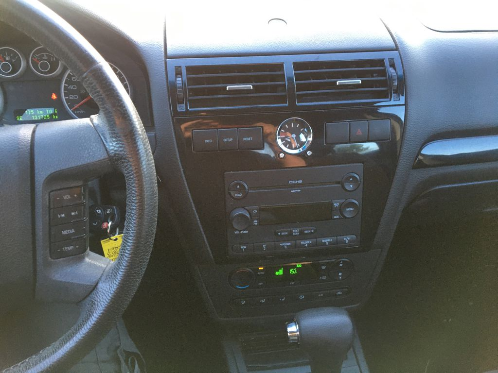 Gray[Silver Birch Metallic] 2007 Ford Fusion Central Dash Options Photo in St.Catherines ON