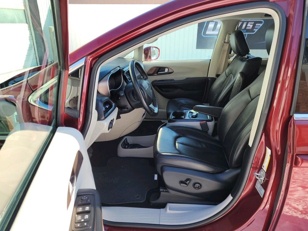 Red 2017 Chrysler Pacifica Sunroof Photo in Fort Macleod AB