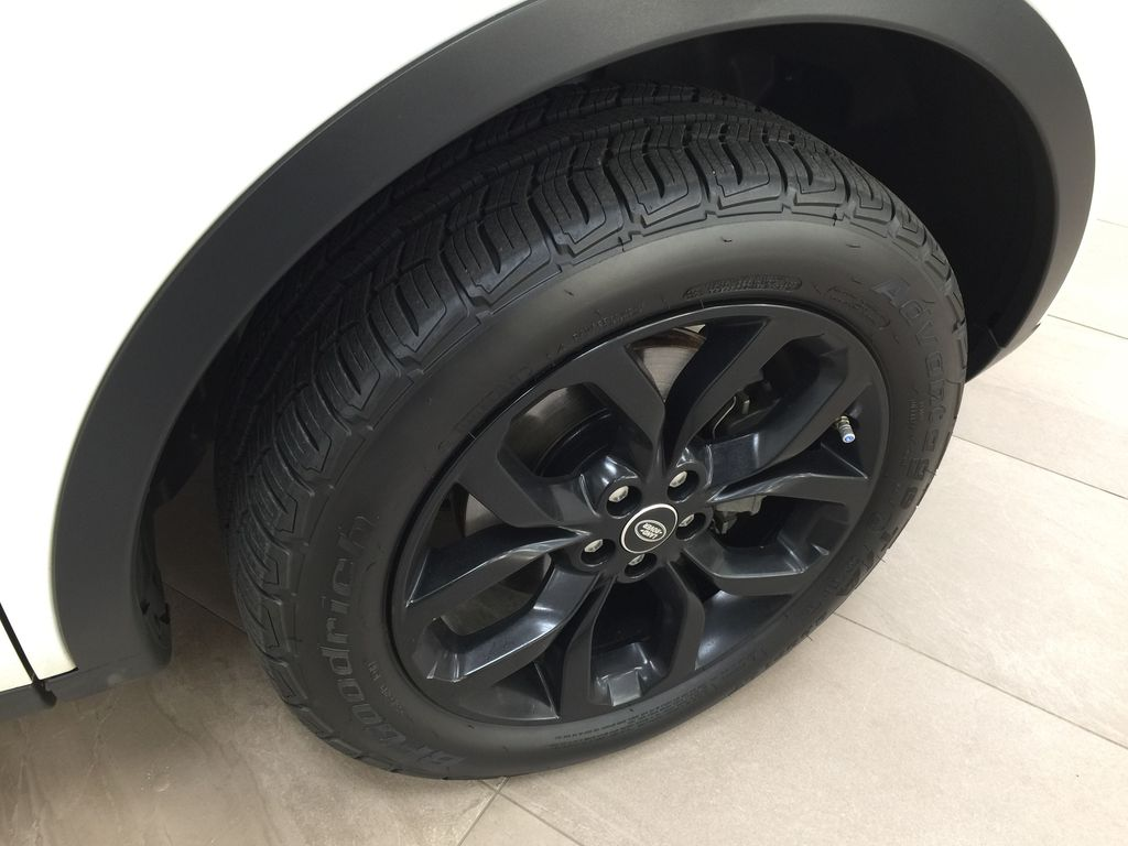 White[Fuji White] 2017 Land Rover Discovery Sport HSE Luxury Right Front Rim and Tire Photo in Sherwood Park AB