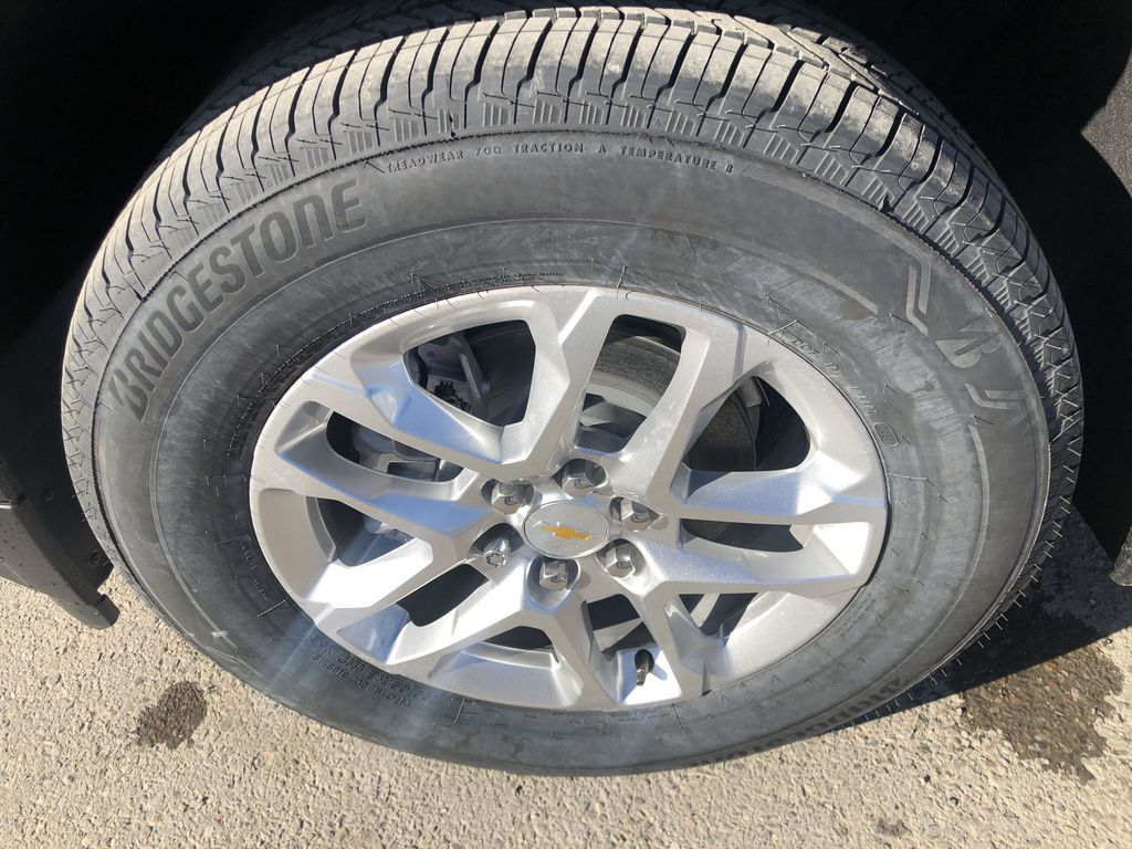 Gray[Graphite Metallic] 2021 Chevrolet Traverse LT Left Front Rim and Tire Photo in Canmore AB