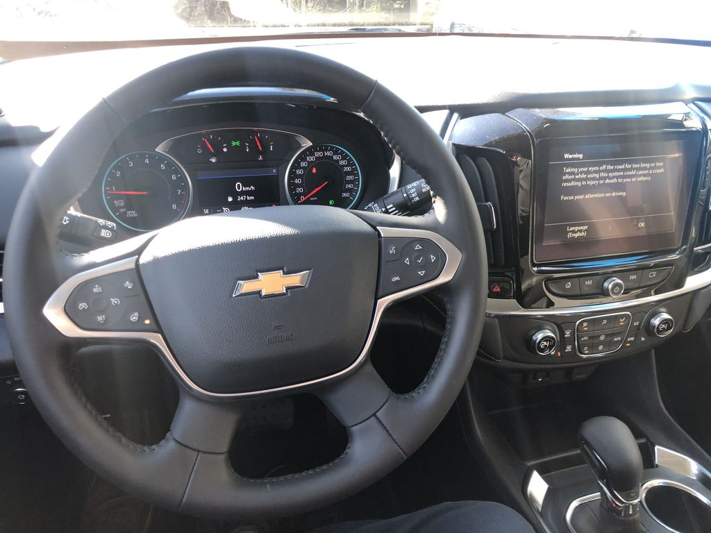 Gray[Graphite Metallic] 2021 Chevrolet Traverse LT Steering Wheel and Dash Photo in Canmore AB