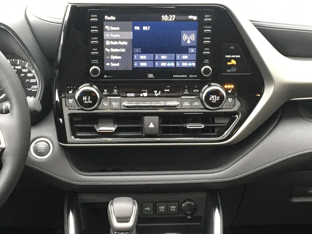 0070 Blizzard Pearl 2021 Toyota Highlander Central Dash Options Photo in Kelowna BC