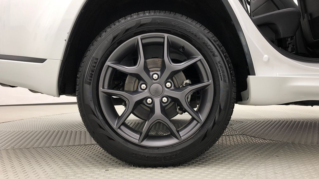 White[Bright White] 2019 Jeep Grand Cherokee Limited X 4WD - Panoramic Roof Right Rear Rim and Tire Photo in Winnipeg MB