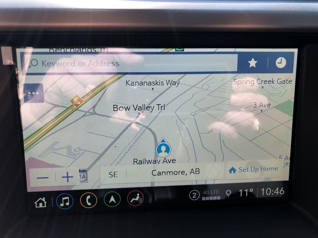 White[White Frost Tricoat] 2021 GMC Acadia Denali Navigation Screen Closeup Photo in Canmore AB