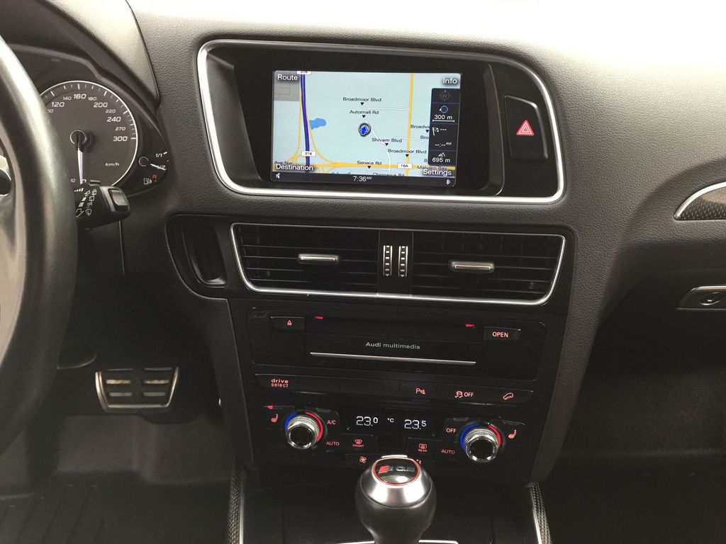 Silver[Cuvee Silver Metallic] 2015 Audi SQ5 / RARE / LOW KMS Central Dash Options Photo in Sherwood Park AB