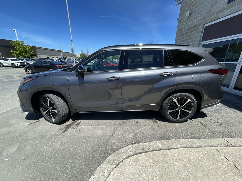 Gray[Magnetic Grey Metallic] 2021 Toyota Highlander AWD XSE Package LZRBHT AN Left Front Rim and Tire Photo in Brampton ON